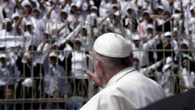 Photo of بابا الفاتيكان يمسح أحزان المصريين بعد اعتداءات الكنائس