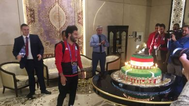 Photo of محمد صلاح يحتفل بعيد ميلاده مع مشجعين روس وشيشان