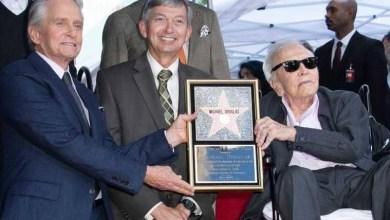 """Photo of النجم الأميركي الشهير مايكل دوغلاس يحصل على """"نجمة هوليوود"""""""