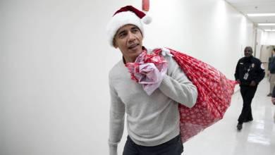 """Photo of الرئيس السابق """"باراك أوباما """" يرتدي زى """"بابا نويل"""".. ويوزع الهدايا على الأطفال المرضى"""
