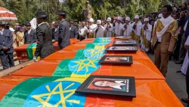 Photo of أهالي ضحايا الطائرة الإثيوبية يدفنون ترابًا من موقع الحادث بدلاً من ذويهم