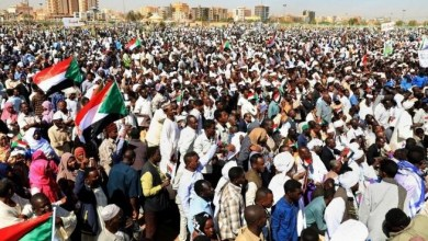 Photo of الاحتجاجات السودانية تتصاعد بعد مقتل 7 وجدل حول انحياز الجيش للمتظاهرين