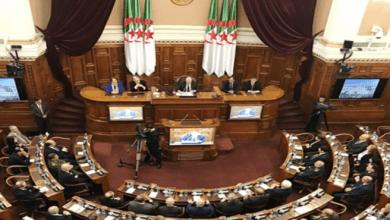 Photo of فوضى عارمة تجتاح أروقة البرلمان الجزائري بسبب الإصرار على تنحي رئيسه