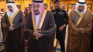 Photo of الملك سلمان يؤدي صلاة الجنازة على شقيقه الأمير بندر بن عبد العزيز