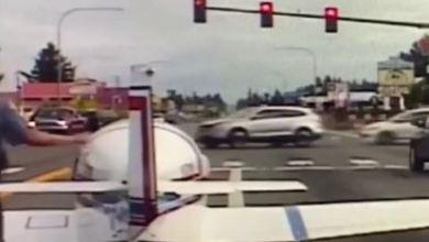 Photo of هبوط طائرة في أحد الطرق السريعة وسط السيارات بواشنطن