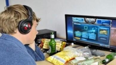 Photo of تناول الطعام أمام أجهزة الحاسوب قد يصيبك بالسرطان