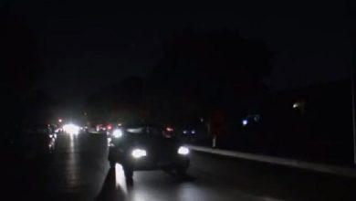 """Photo of """"إعصار إيملي""""يتسبب في قطع الكهرباء عن 100 ألف منزل بفرنسا"""