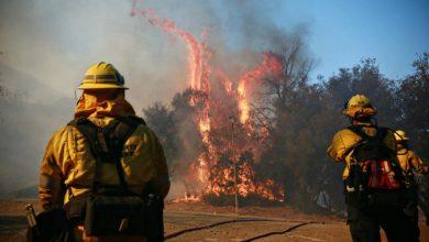 Photo of رياح عنيفة تؤجج الحرائق في كاليفورنيا لليوم الثاني