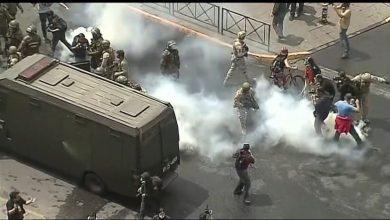Photo of متظاهرون في تشيلي يحرقون جامعة خاصة وينهبون كنيسة تاريخية