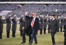 Photo of ترامب يبتعد عن أجواء العزل بحضور مباراة لكرة القدم