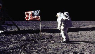 Photo of كيف رفرف العلم الأمريكي فوق القمر رغم عدم وجود هواء؟