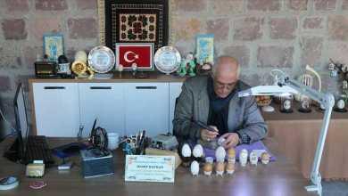 Photo of تركي يحقق رقمًا قياسيًا بالنقش على بيض الدجاج