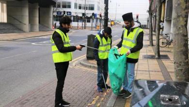 Photo of 1500 شاب مسلم ينظفون آثار احتفالات الكريسماس في بريطانيا