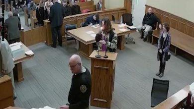 Photo of أمريكي متهم بحيازة مخدرات يدخن الحشيش في قاعة المحكمة (فيديو وصور)