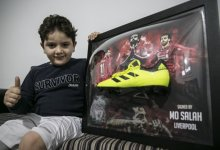 Photo of طفل سوري يتلقى هدية خاصة من النجم محمد صلاح (صور)