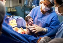 "Photo of ""المولودة الغاضبة"".. صورة تنال إعجاب الملايين حول العالم"