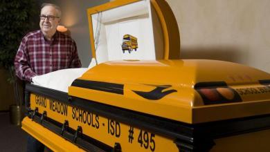 """Photo of سائق أمريكي يحصل على """"نعش"""" بألوان حافلة مدرسية قادها 55 عامًا"""