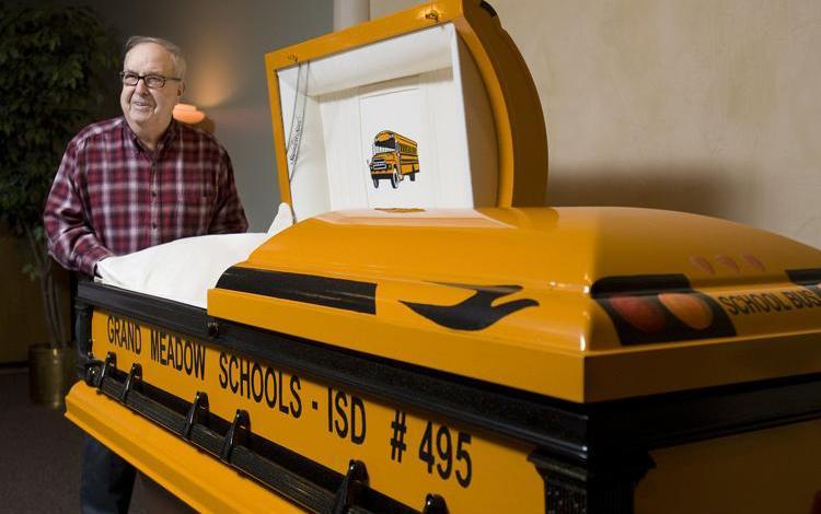 "Photo of سائق أمريكي يحصل على ""نعش"" بألوان حافلة مدرسية قادها 55 عاما"