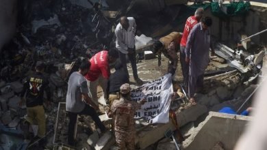 Photo of مصرع 107 في تحطم طائرة ركاب فوق منطقة سكنية في باكستان