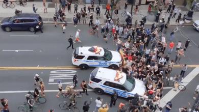 Photo of عمدة نيويورك يدعو لفتح تحقيق حول دهس سيارات الشرطة للمتظاهرين