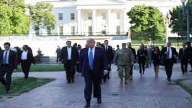 Photo of ترامب يترجّل خارج البيت الأبيض ويهدد بنشر الجيش لوقف الفوضى