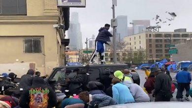 Photo of ما حقيقة سرقة أحد بنوك لوس أنجلوس وتوزيع أمواله على المحتجين؟
