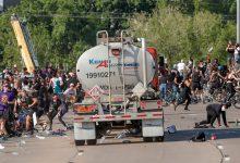Photo of القبض على سائق شاحنة اندفع بها تجاه متظاهرين