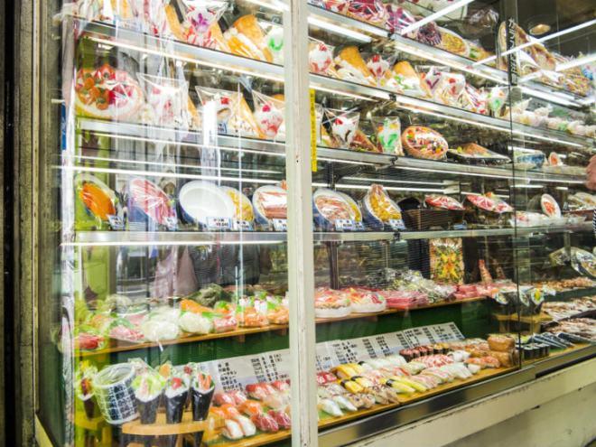 محلّات تبيع المأكولات البلاستيكية