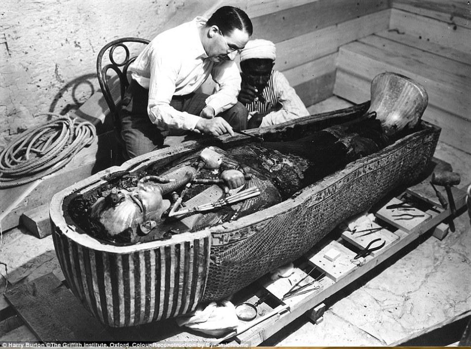 هوارد كارتر مكتشف المقبرة في عام 1922
