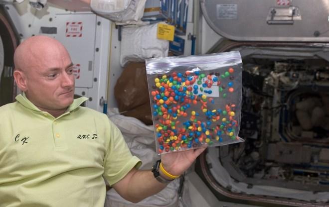 """شوكولاته """"M & M"""" تعتبر وجبة خفيفة لرواد الفضاء"""