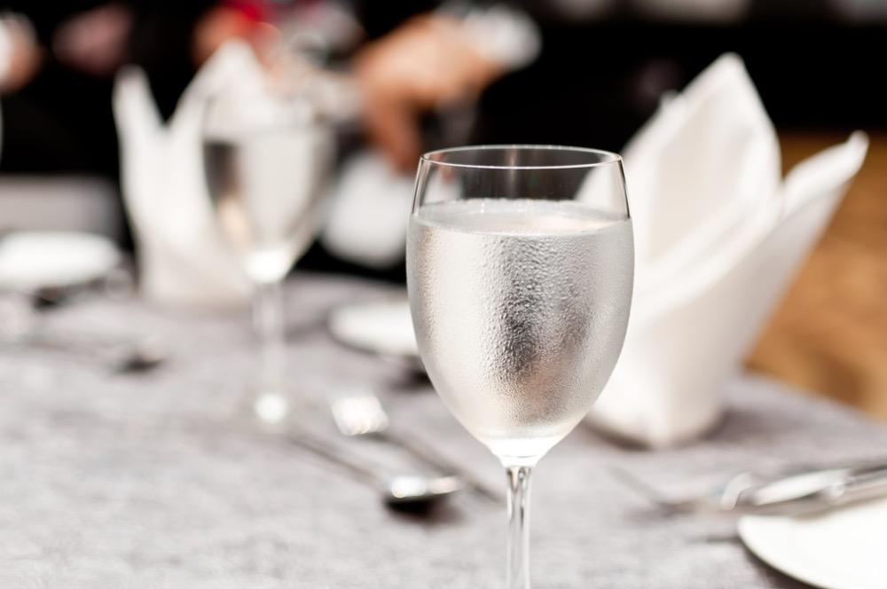 مقال - هل من الضار تناول المشروبات أثناء الأكل؟ - موقع علوم العرب
