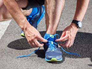 الحذاء الرياضي ينصح بتجربته وشرائه في المساء حتى تكون القدم قد تمددت مثلما يحدث أثناء الجري (رويترز)