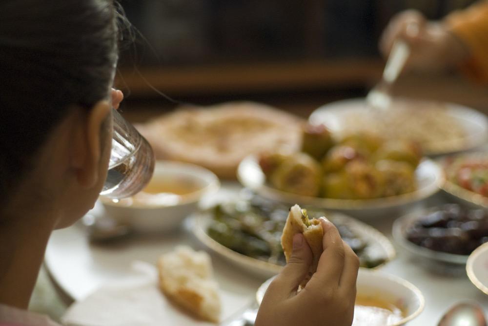 مقال - لماذا يزيد الوزن في رمضان رغم الصيام؟