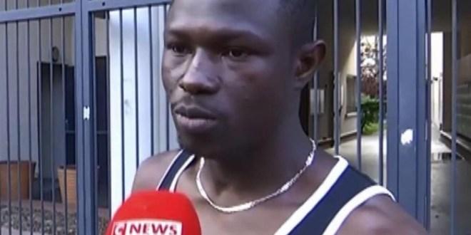 مقتطف – شاهد مهاجر «بطل» في فرنسا يتسلق بناية لإنقاذ طفل