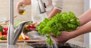 غسيل هذه الأطعمة التسعة قبل الأكل قد يؤدي إلى تلوثها
