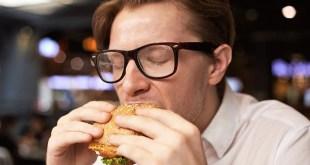 مقال – كيف تتوقف عن الأكل بشكل مفرط أثناء الليل؟