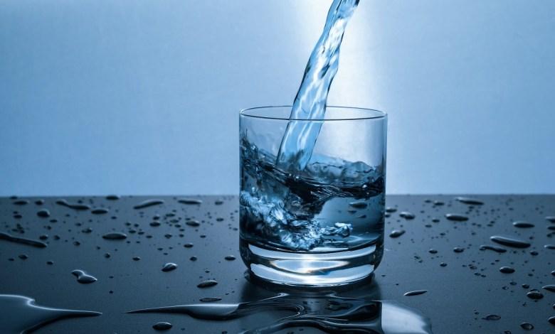 شرب الماء صباحا على معدة خاوية.. ماذا يفعل بجسمك؟