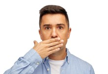 ما هي الأمراض التي تسبب رائحة الفم الكريهة، وكيف يمكن التخلص منها؟