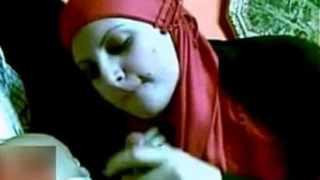 مص زب خليجي امراة سعودية تمص زب السواق فى غرفتها