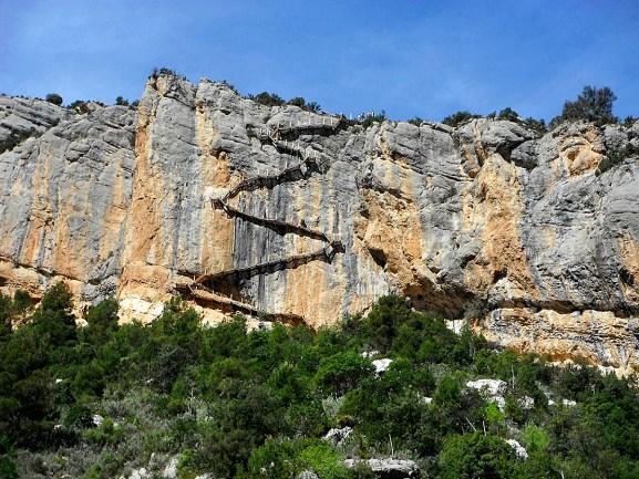 Desafiar al vértigo en las pasarelas de Montfalcó