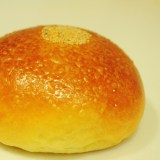 近所の素朴なパン屋さんでパンを買い夜に食べた