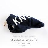 今日の犬服コーディネート「いろいろなアルファベットカジュアルスポーツ」