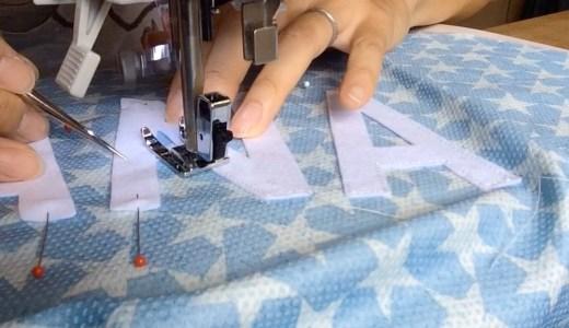 ミシンで犬服にワッペンを縫い付ける。息を止めて。-犬服作り/Making dog clothes