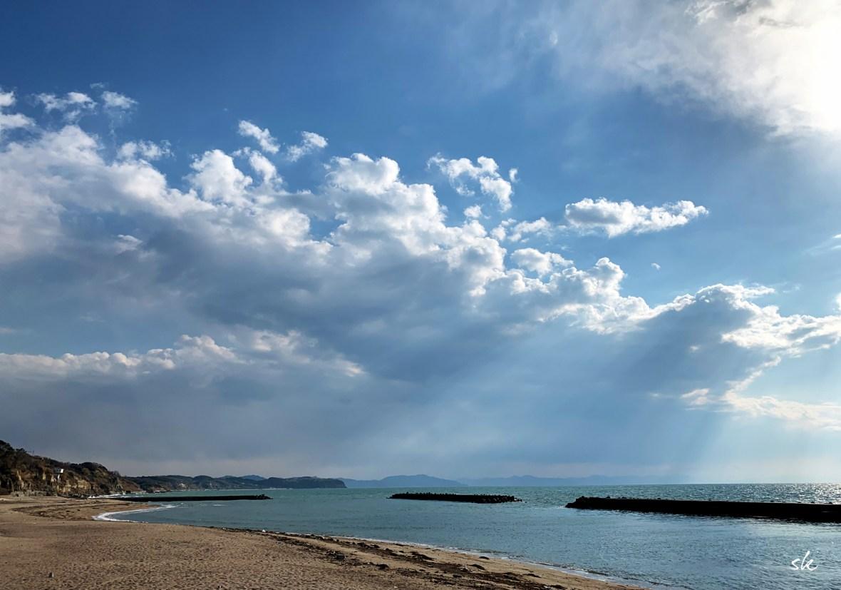 西風が強いけどBuono!と一緒に海に向かって歩く、夕焼け見えるかな?