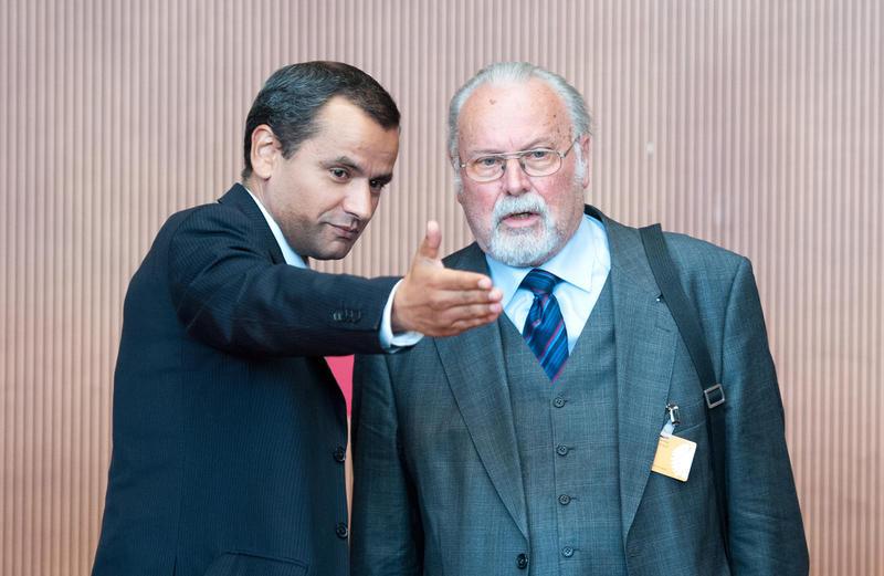 Der ehemalige Direktor des hessischen Verfassungsschutzes, Lutz Irrgang (r) wird am Dienstag (11.09.2012) in Berlin im NSU Untersuchungsausschuss vom Vorsitzenden Sebastian Edathy (SPD) begrüßt. Bei der Aufklärung der Neonazi-Mordserie ist ein neuer Skandal ans Licht gekommen: Der Militärische Abschirmdienst hatte offensichtlich bereits in den 1990er Jahren eine Akte über das NSU-Mitglied Mundlos angelegt, diese bislang aber verschwiegen. Foto: Maurizio Gambarini dpa +++(c) dpa - Bildfunk+++