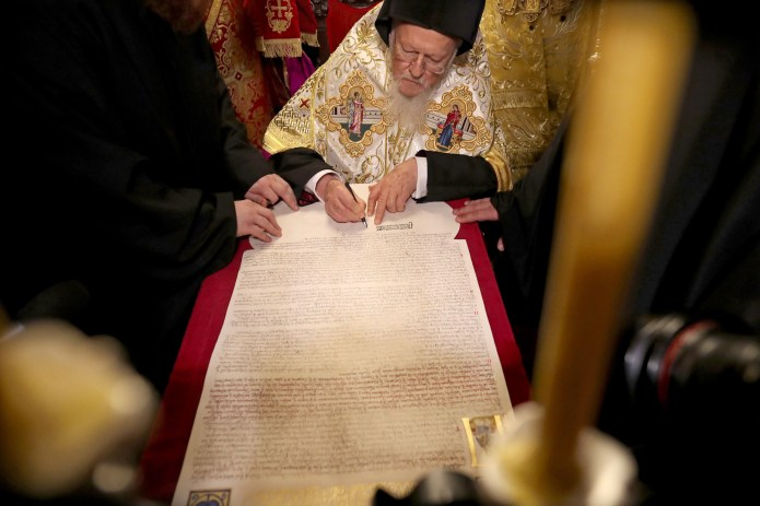 El patriarca ecuménico de Constantinopla, Bartolomé I, firma el 'tomos' de autocefalía, el documento que otorga a la Iglesia ortodoxa de Ucrania la independencia de Moscú | Foto Agencia EFE