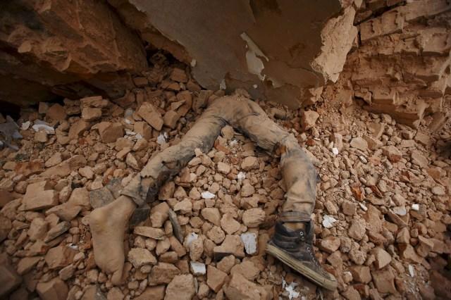 El cuerpo de una víctima yace atrapado en los escombros después de que un terremoto sacudiera Katmandú, Nepal, el 25 de abril de 2015 (REUTERS/Navesh Chitrakar)