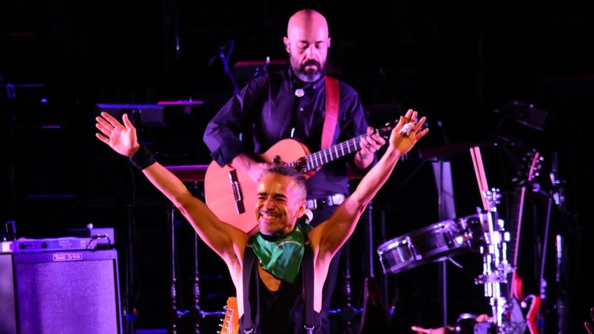 El cantante Rubén Albarrán recibió un pañuelo verde de parte del público y se lo colgó en el cuello para apoyar el aborto legal, seguro y gratuito (Mono Gómez / CZ Comunicación)