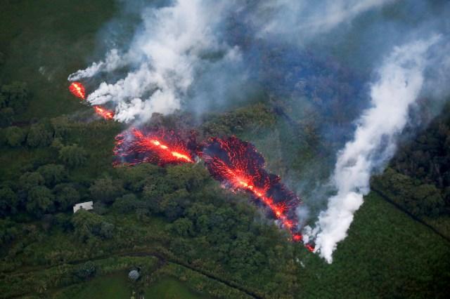 La lava emerge de una fisura al este de la subdivisión de Leilani Estates durante las erupciones del volcán Kilauea en Hawaii, Estados Unidos, el 13 de mayo de 2018 (REUTERS/Terray Sylvester)