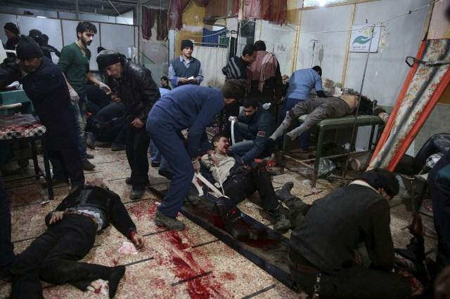Los médicos tratan a las personas heridas dentro de un hospital de campaña después de ataques aéreos en el barrio de Douma de Damasco, Siria, el 13 de diciembre de 2015 (REUTERS/Bassam Khabieh)